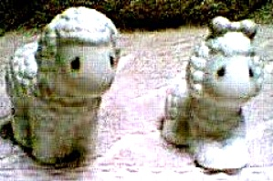 PRECIOUS MOMENTS NOAH'S ARK SHEEP  S & P '96 Salt & Pepper Series Hamilton Collection (Image1)