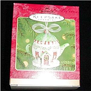 2001 Cozy Home Hallmark Ornament (Image1)