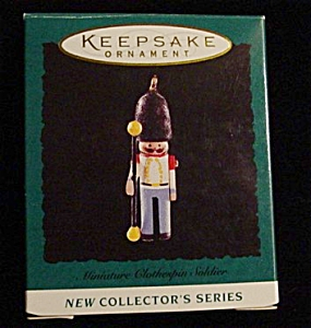 1995 Clothes Pin Soldier Miniature Ornament (Image1)