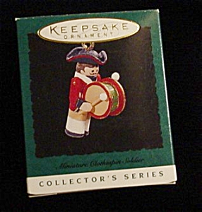 1996 Clothes Pin Soldier Miniature Ornament (Image1)
