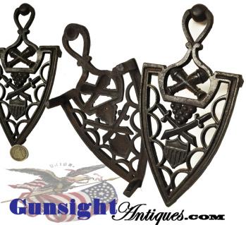 original - antique cast iron PATRIOTIC TRIVET (Image1)