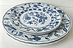 Set Of Vienna Woods Blue Onion 2 Salad & 2 Dinner Plates