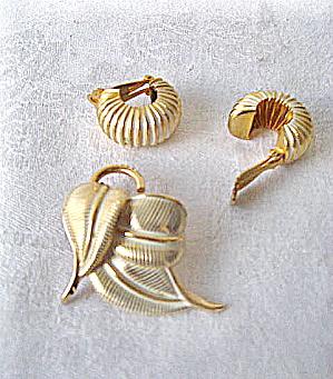 Vintage 1965 White Enameled w/ Goldtone Pin & Earrings (Image1)
