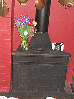 Vintage 1970 Cast Iron Franklin Stove (Image1)
