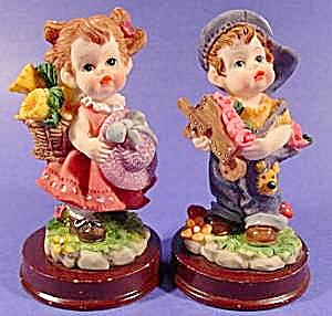 Figurine - Small Boy and Girl with Flowers - 2 Pcs. (Image1)