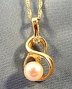 14K Yellow Gold Pearl Pendant on 18 inch Chain (Image1)