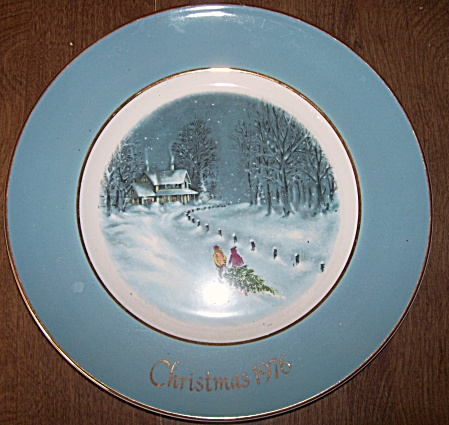 AVON~CHRISTMAS PLATE~1976~BRINGING HOME TREE (Image1)