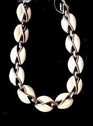 Lovely Vintage Coro White & Silvertone Necklace (Image1)