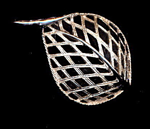1968 Sarah Coventry 'Modern Leaf' Silvertone Brooch (Image1)