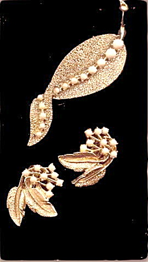 Lovely White Glass with Goldtone Leaf Brooch & Earrings (Image1)