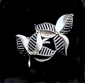 "TRIFARI 2 1/2"" Silvertone Leaves Vintage Brooch (Image1)"