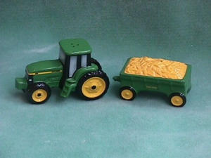 John Deere Tracker & Wagon Salt & Pepper