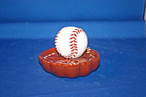 BASE BALL & GLOVE SALT & PEPPER (Image1)