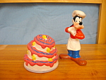 Click here to enlarge image and see more about item DS1002: GOOFY AND CAKE SALT & PEPPER