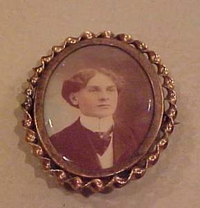 Victorian portrait pin Medallion Studios (Image1)
