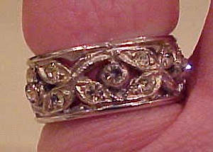 Band style ring w/flowers and rhinestones (Image1)