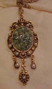Pendant with green glass and faus pearls (Image1)