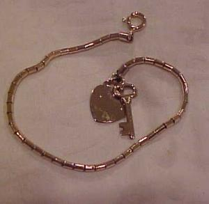 Charm bracelet with heart and key (Image1)