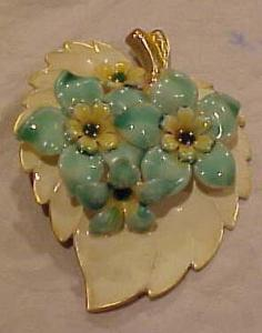 Plastic leaf flower design pin (Image1)