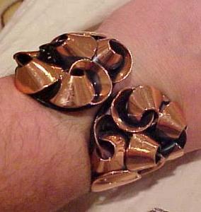 Ribbon design copper hinged bangle (Image1)