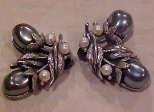 Floral design faux pearl earrings (Image1)