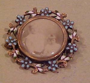 Victorian pin w/photo and enameling (Image1)