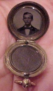 Silver Victorian locket w/hair & photo (Image1)