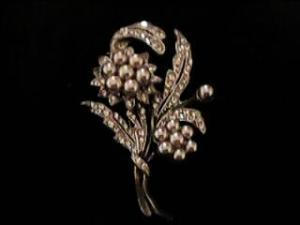Floral rhinestone and faux pearl pin (Image1)