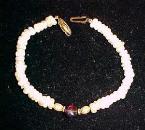 Freshwater pearl bracelet with amethyst glass centerstone (Image1)