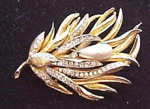 Gold tone pin with faux pearls and rhinestones (Image1)