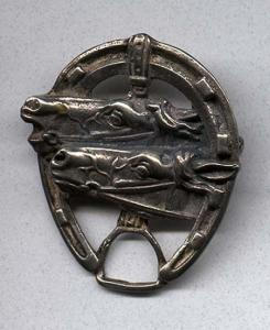 Sterling double horse head pin in horseshoe (Image1)