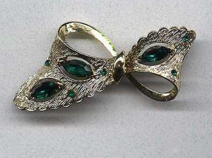Great goldtone bow pin with green rhinestones (Image1)