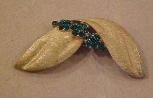 Trifari brushed goldtone pin w/grn rhinestone (Image1)