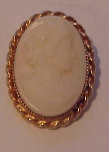 Stone cameo with gf twisted frame (Image1)
