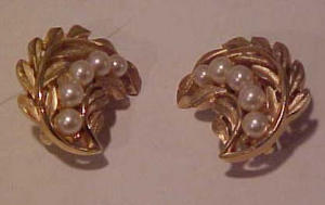 Trifari goldtone and pearl earrings (Image1)