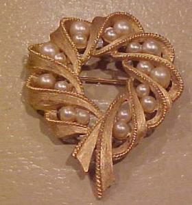Trifari faux pearl pin (Image1)