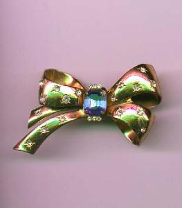 Coro Retro style bow pin with sapphire glass stone and clear rhinestones (Image1)