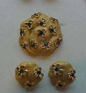 Trifari pin & earrings with green rhinestones (Image1)