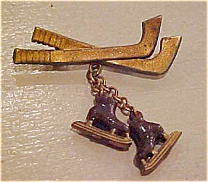 Plastic hockey stick pin with skates (Image1)