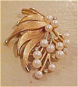 Trifari faux pearl & rhinestone pin (Image1)