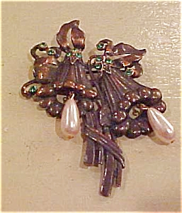 Flower pin with rhinestones/faux pearls (Image1)