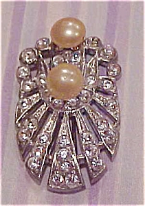 Rhinestone pin with faux pearls (Image1)