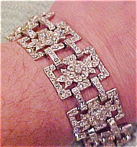 Rhinestone bracelet with flower design (Image1)