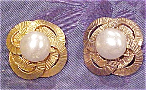 Chanel earrings w/faux pearl (Image1)