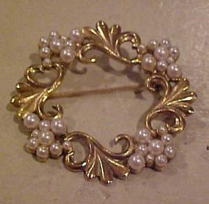 Goldtone wreath pin with faux pearls (Image1)