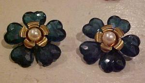 2 plastic green flower pins (Image1)