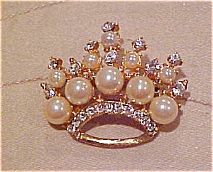 Crown pin with faux pearls and rhinestones (Image1)