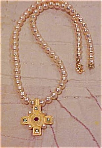 Faux pearl necklace with cross (Image1)