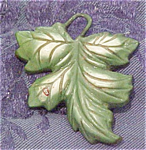 Green plastic leaf pin (Image1)