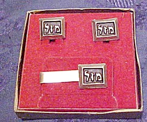 Mazel cufflinks and tie bar in box (Image1)